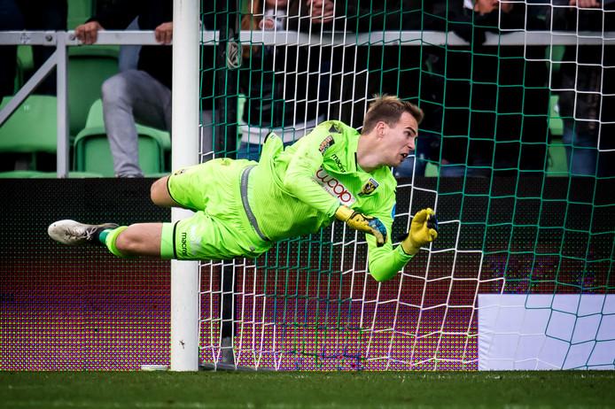 Jeroen Houwen duikt naar de bal in het doel van Vitesse tegen FC Groningen.