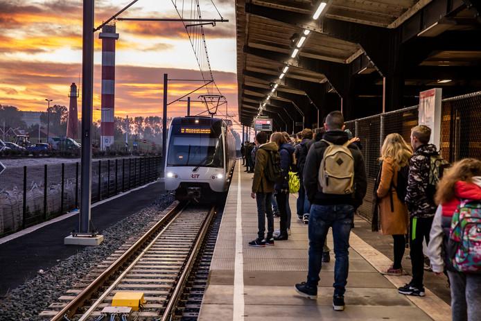 Buslijn 31 zet de reizigers af die dan gemakkelijk de metro naar Rotterdam kunnen pakken.