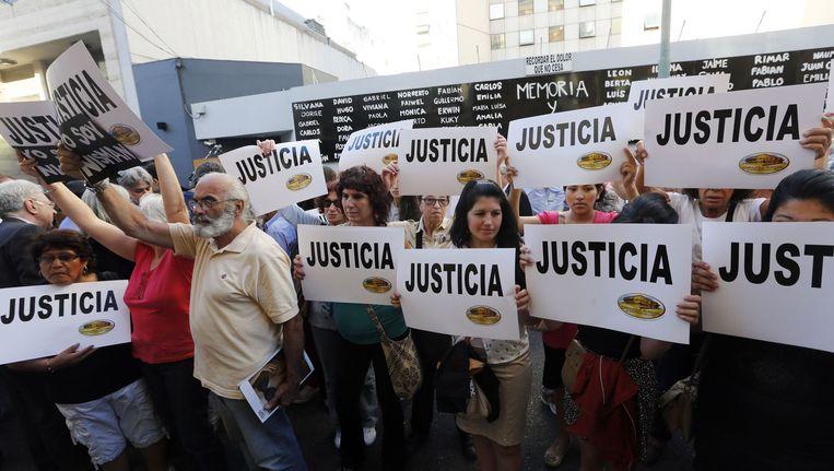 Voor het gebouw van het Joodse centrum in Buenos Aires wordt geprotesteerd. Hier vond in 1994 een aanslag plaatsvond die Nisman onderzocht. Beeld reuters