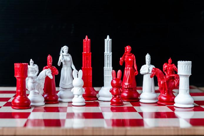 De Utrechtse schaakstukken die André van Schie heeft ontworpen. Van links naar rechts (in wit): Sint Maarten te paard, Trijn van Leemput (dame), nijntje als pion, de Dom is de koning,  de loper Paus Adrianus VI en de toren als watertoren.
