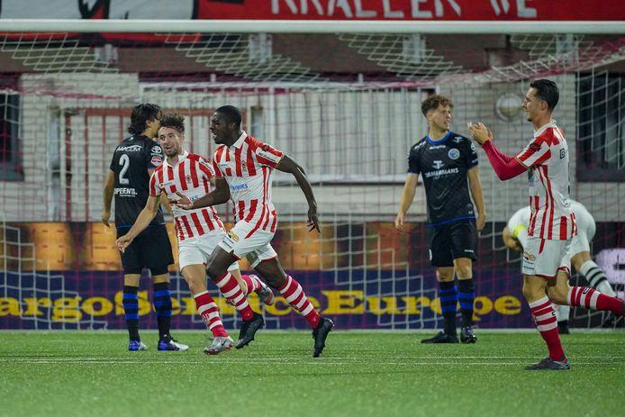 Kyvon Leidsman (TOP Oss, midden) zorgde tegen FC Den Bosch voor de 2-0.