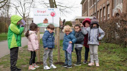 """""""Stop! Ruim de poep op!"""" Kleuters voeren actie tegen hondendrollen rond school"""