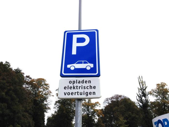 De gemeente Woensdrecht verwacht met provinciale steun in de loop van 2018 vier en mogelijk zelfs vijf extra elektrische laadpalen te kunnen plaatsen.