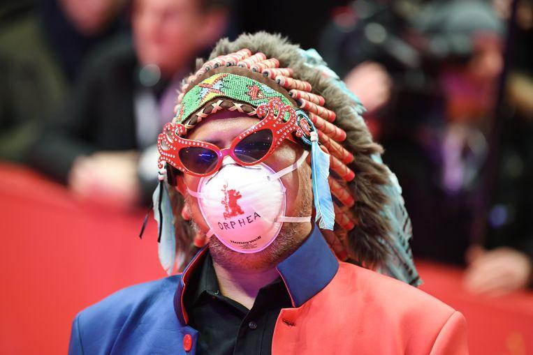 De Filipijnse artiest Khavn de la Cruz met een mondkapje op de rode loper van het Berlijnse Internationale Filmfestival.  Beeld Britta Pedersen/dpa-Zentralbild/