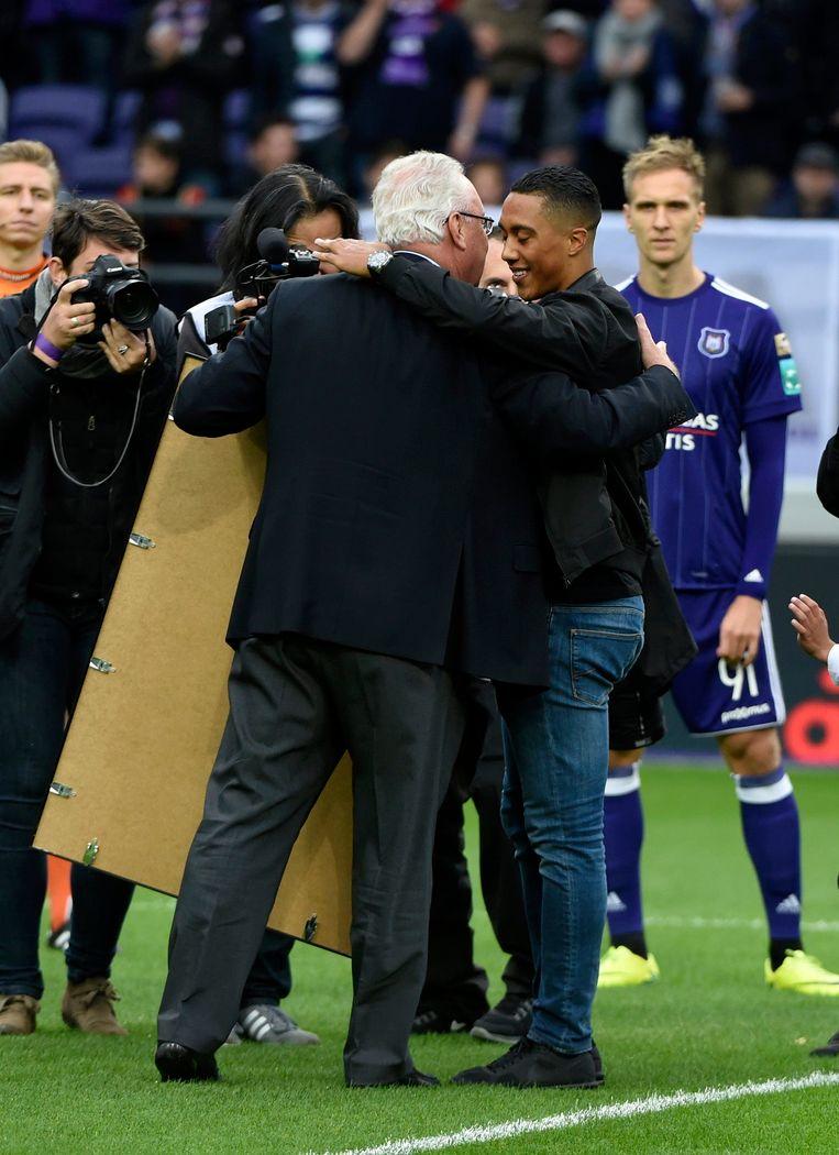 Tielemans nam afscheid van het Anderlecht-publiek en wordt bedankt door voorzitter Roger Vanden Stock.