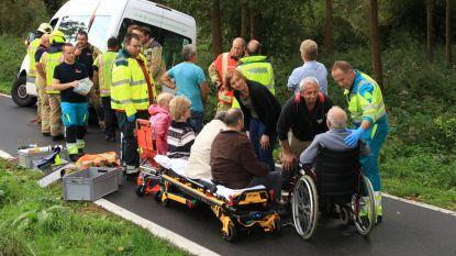 Busje met andersvaliden glijdt weg in gracht na uitwijkmanoeuvre