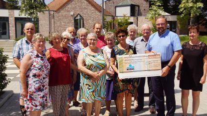 Seniorenadviesraad schenkt cheque aan het Rode Kruis
