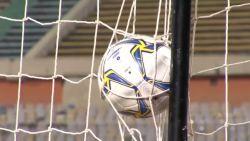 Goal gaat zo mooi binnen dat hij in net blijft hangen