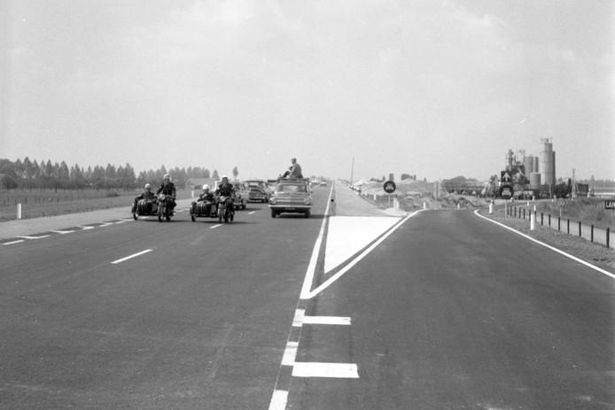 Feest in juli 1964: de A15 tussen Tiel en Kesteren/Ochten is klaar en wordt in gebruik genomen.  Het zorgde wel voor een onlogische dorpsgrens Ochten/Kesteren.