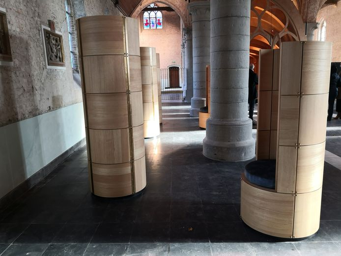 Zo zien de 'urnenbomen' met zitplaatsen eruit.