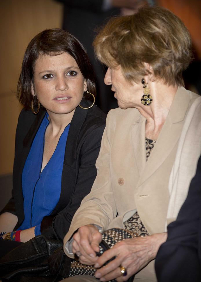 Inés Zorreguieta samen met haar moeder Maria del Carmen tijdens een bezoek aan de Katholieke Universiteit van Argentinië.