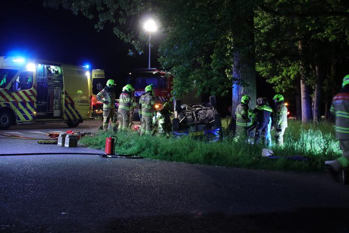 Op de Edeseweg in Harskamp kwam bij een eenzijdig ongeval een auto op zijn kop terecht.