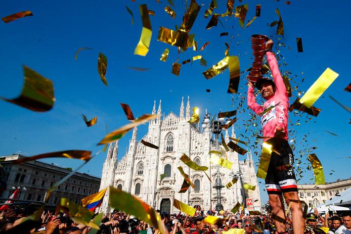 Giro-winnaar Tom Dumoulin wordt gehuldigd in Milaan.