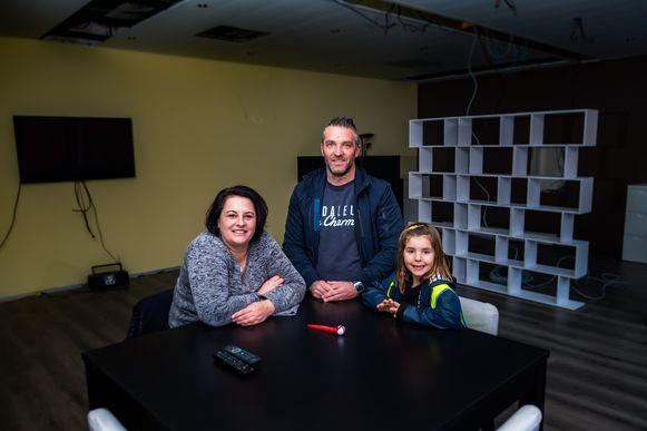 Niki en Tim bouwen een opvangtehuis voor jongeren met psychische problemen. Hier met hun dochter Luca.