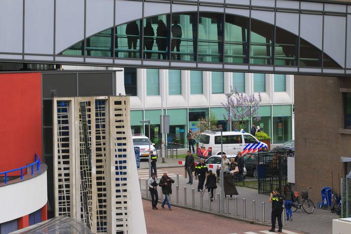 Politie doet onderzoek in de Dynamostraat in Rotterdam-Zuid.