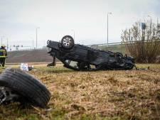 Auto over de kop geslagen naast oprit van N11 in Alphen