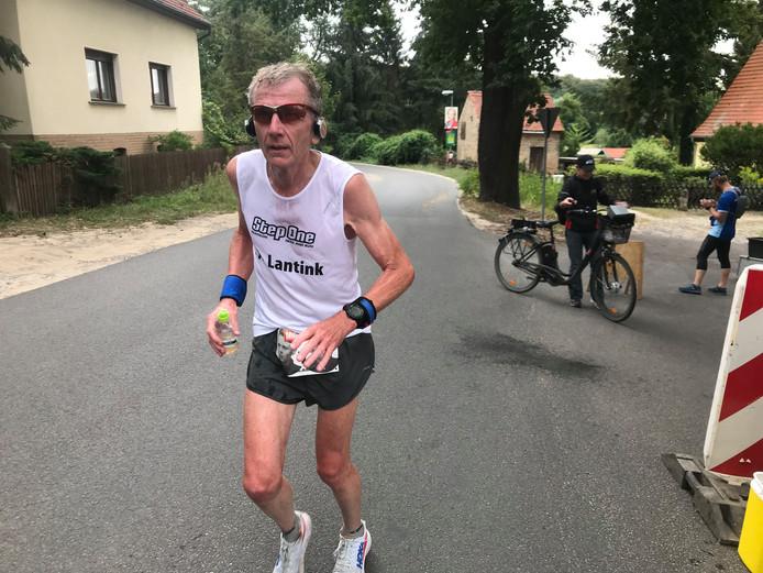 Ultraloper Jan Albert Lantink uit Borne, in actie in Berlijn.