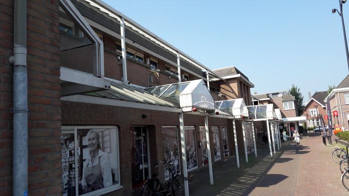 Het te slopen woon- en winkelblok aan de Markt in Mill. Hier wordt straks gebouwd aan fase twee van het Centrumplan.