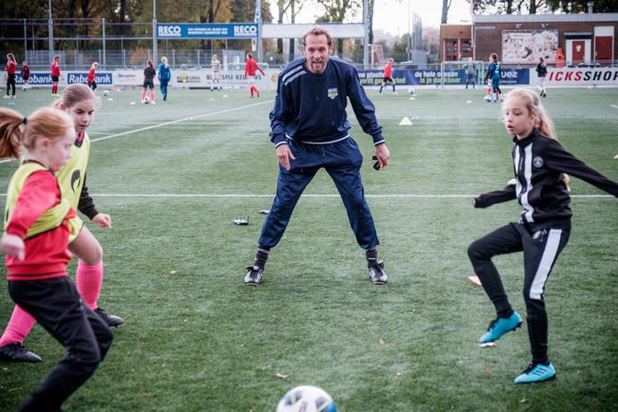 Arjan van der Laan, in 2015 bondscoach van Nederlandse Leeuwinnen, geeft vandaag een training/workshop aan de meisjesjeugd bij Alphense Boys.