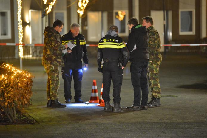 Leden van de EOD doen onderzoek naar de vermoedelijke granaat in Breda.