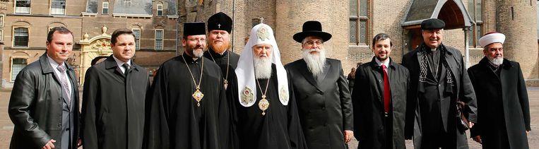 Religieuze leiders uit Oekraïne, hier op het Binnenhof, hopen dat Nederland voor het Associatieverdrag stemt. Beeld anp