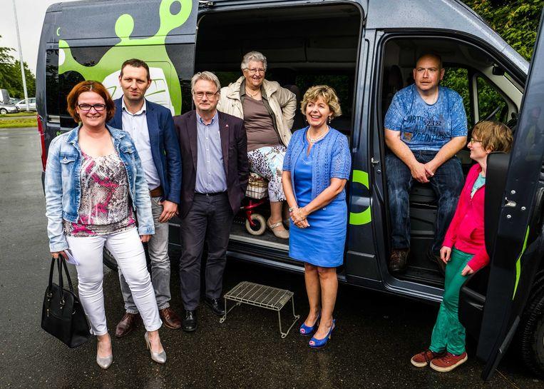 De OCMW-voorzitters van Malle, Zoersel en Zandhoven bij de gloednieuwe bus.