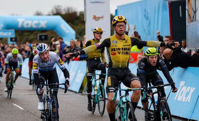 Arvid de Kleijn (rechts) werd vorige week derde achter Dylan Groenewegen en Elia Viviani in de Ronde van Zeeland.