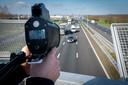 De lasergun van 'De Gelderlander' geeft een snelheid van 102 kilometer per uur aan boven de A50 bij Heteren.
