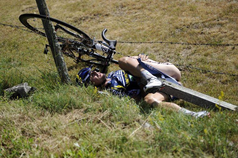 Johnny Hoogerland zal voor eeuwig de coureur zijn die in het prikkeldraad belandde omdat het toevallig gebeurde in de Tour de France. Beeld anp