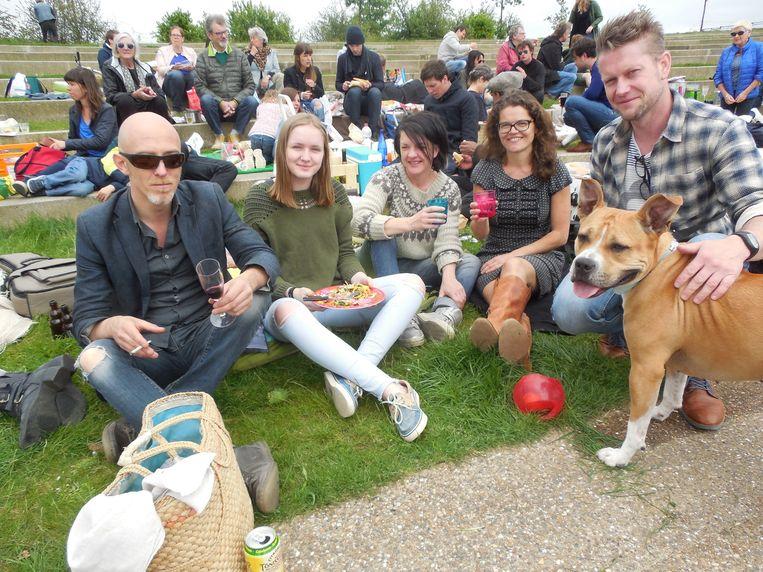 Stefaan, Emma, Libelia, Christie en Bjorn samen met hondje Tequila.