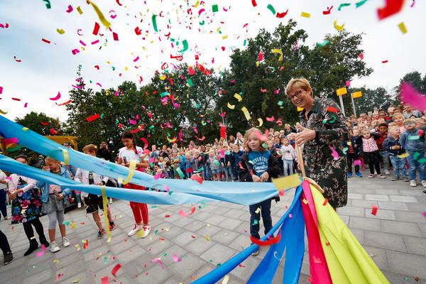 emidden van alle leerlingen opende burgemeester De Vries vanmorgen de nieuwe brede school Sonate. De linten, die alle onderdelen van de school representeren, werden samengeknoopt met leerling Jibbe Akkermans.