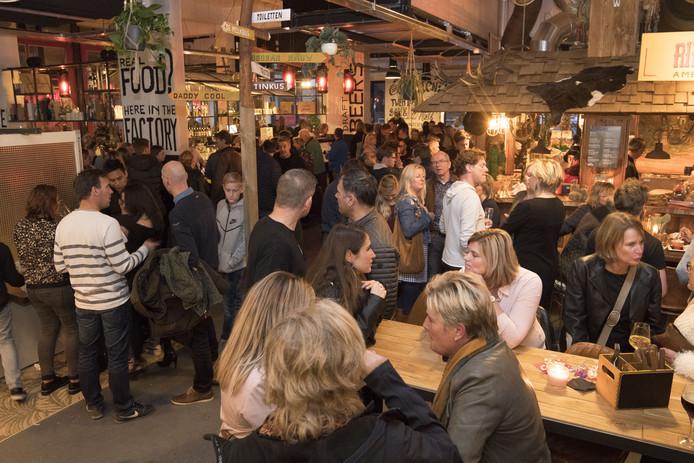 Bezoekers van de foodmarket in Enschede kijken rond.
