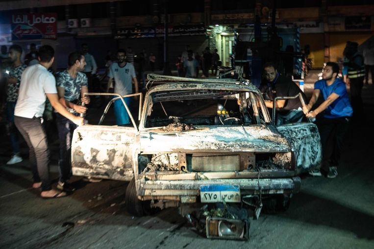Een uitgebrande auto in Caïro. Beeld AFP
