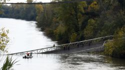 Hangbrug over de Tarn stort in: vrachtwagenchauffeur en tienermeisje omgekomen, nog meerdere mensen vermist