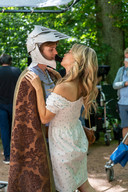 Max heeft de plaats van Soy ingenomen en mag z'n vriendin Klaasje kussen.
