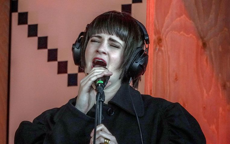 Noémie Wolfs zong 'Somewhere Only We Know' voor de overleden dochtertjes van Lenny en Gijs. Je kon een speld horen vallen.