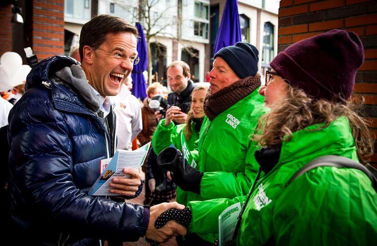 VVD-leider Mark Rutte ontmoet leden van GroenLinks. Het was gezellig in Amstelveen. Beeld anp