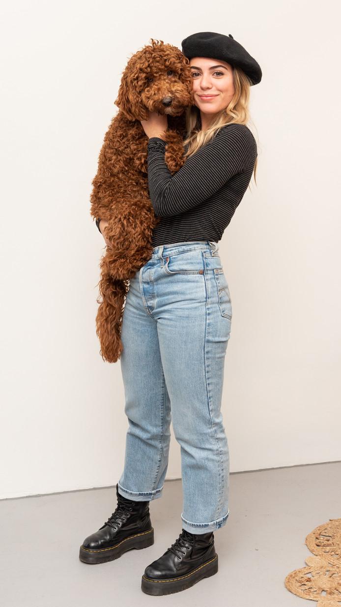 Cindy en haar hond Moon, die altijd meegaat naar de salon.