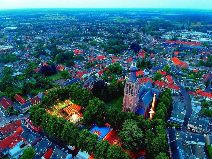 Schemering daalt neer op de kermis in Hilvarenbeek.