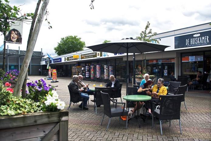 Winkelcentrum Zuiderhout heeft sinds kort een terras. Bakkerij Vonk-Asmus verhuisde naar de overkant en opende De Huiskamer. foto's Johan Wouters/pix4profs