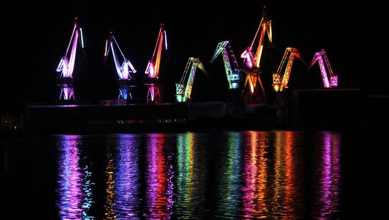 De kranen van de Uljanik-scheepswerf in Pula, Kroatië, zijn voor een lichtfestival in mei 2014 gekleurd met Philips-licht. Beeld REUTERS