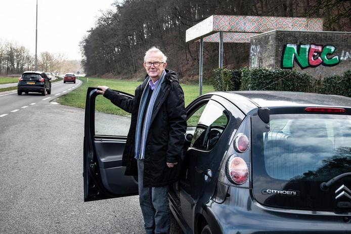Loek van Deventer (85) uit Beek wacht al sinds september 2019 op een herkeuring voor zijn rijbewijs. Door de lange wachtlijst bij het CBR heeft hij een tijdelijk rijbewijs gekregen. Met dit tijdelijke rijbewijs mag hij echter niet in Duitsland, en ook niet in België rijden.