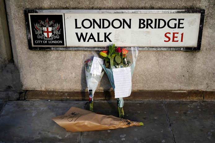 Bloemen voor de slachtoffers bij London Bridge.