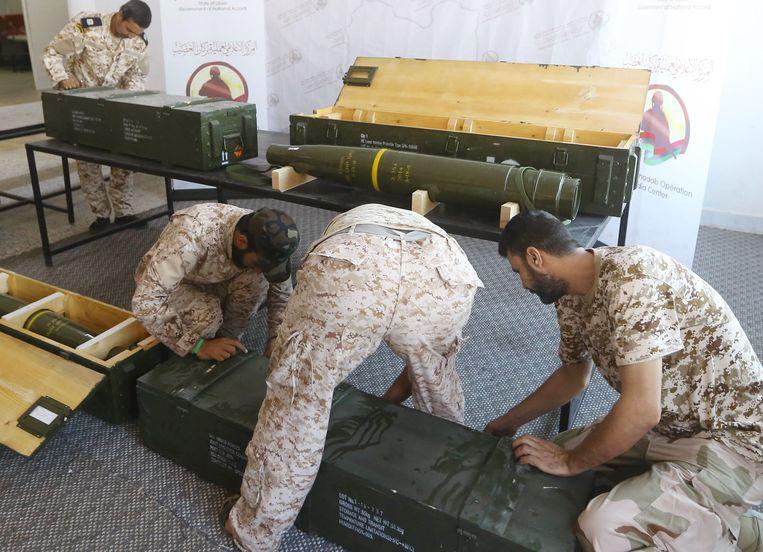 Strijders van het regeringsleger met wapens die gemarkeerd zijn als afkomstig uit de Verenigde Arabische Emiraten. Beeld AFP