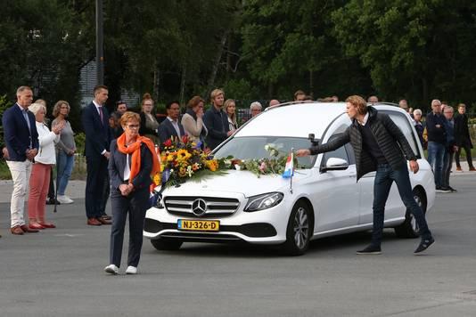 Vrienden en fans vormen een erehaag als de rouwauto het terrein van Thialf oprijdt voor het laatste eerbetoon aan Lara van Ruijven, die op 10 juli overleed in Frankrijk.