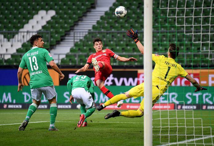 Kai Havertz (m) zet Bayer Leverkusen op voorsprong in Bremen.