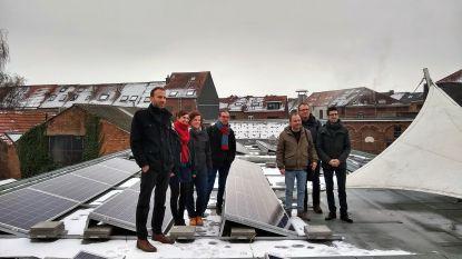 """Leuven roept inwoners op om te investeren in zonnepanelen. """"We hebben 11 daken in de aanbieding aan 250 euro per aandeel"""", zegt schepen Dessers"""