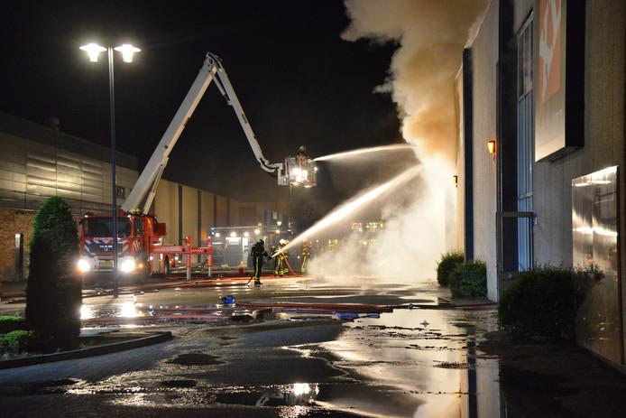 De brandweer bestreed het vuur met meerdere hoogwerkers.