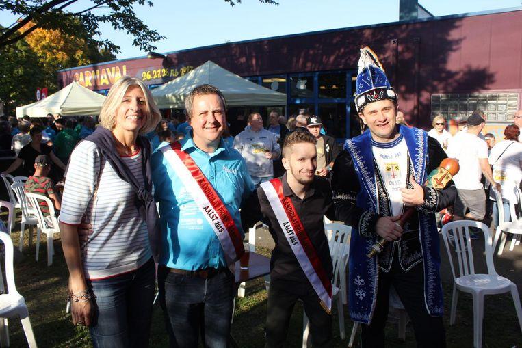 Officiële kandidaten Peter (tweede van links) en Alex (derde van links) bij prins carnaval Raf en schepen Ilse Uyttersprot.