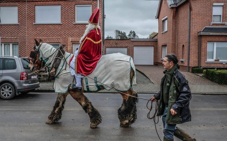 Het paard van Sinterklaas vond de modder maar niks. Daarom kon de Sint niet lang blijven.